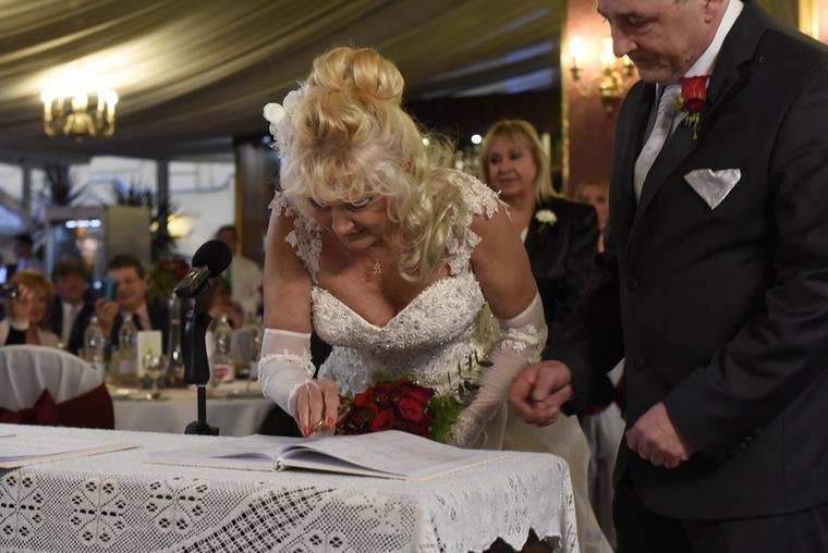 Száz vendég nézte, ahogy összeházasodnak.