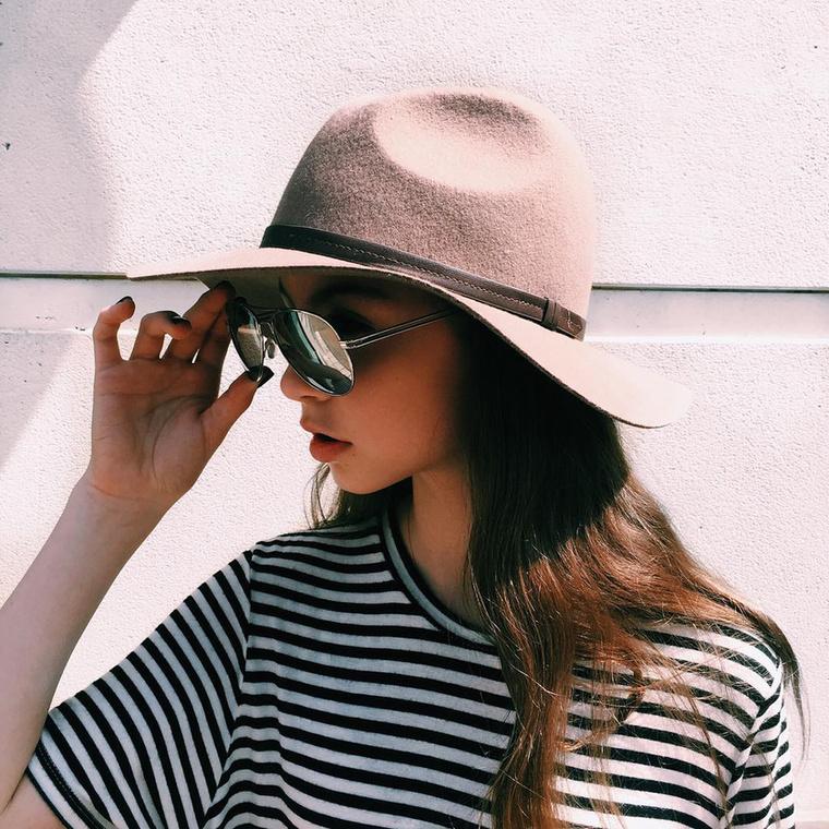 Carys Douglas az Instagramján modelles képeket is találunk
