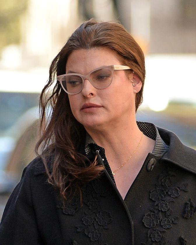 De ezen a héten más topmodell is sokkolt: Linda Evangelistára mintha valaki rámaszkolt volna                          egy gumiarcot