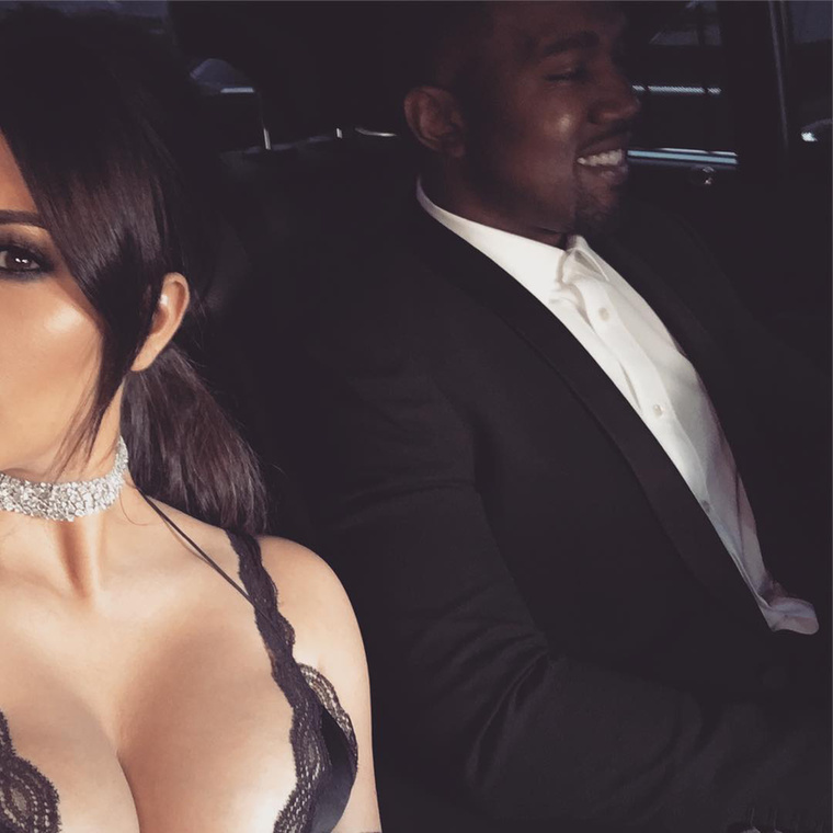 Kim Kardashian modell-üzletasszony és férje, Kanye West zenész-divattervező a hétvégén elmentek egy esküvőre, és erről finoman szólva sem hagyományos fotókat készítettek.