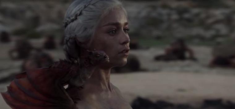 És itt van a Sárkányok Anyját, Daenerys Targaryent alakító Emilia Clarke is, aki az eslő évad utolsó részének utolsó jelenetében még így nézett ki, amikor kimászott a tűzből.