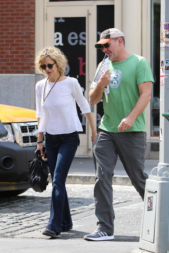 Most azonban egy ismeretlen, ámde jóvágású férfiember társaságában sétálgatott New Yorkban