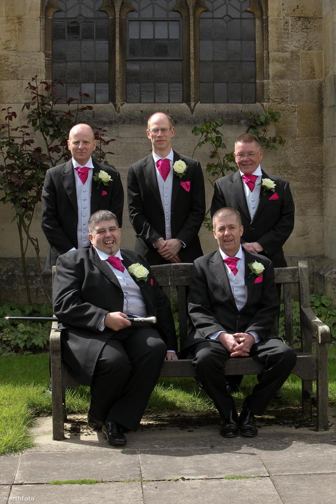 A bal alsó a vőlegény, a többiek közeli barátai és hozzátartozói