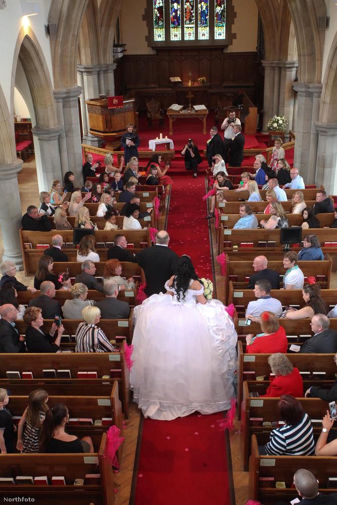 Itt a bevonulás a templomba