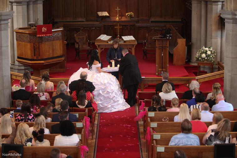A vőlegény bizonyos Kevin Smith volt, ő 42 éves