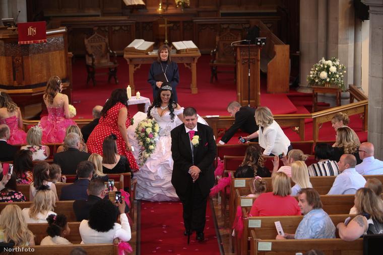 Reméljük, mindenki jól megnézi az esküvői ruhát, csak felvenni 20 percig tart!
