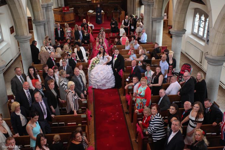 A kivonuláskor is a nyoszolyólányok követték az ifjú párt, sajnos egyiküket el kellett tanácsolni pár nappal az esküvő előtt, mert a menyasszony szerint túl sokat drámázott