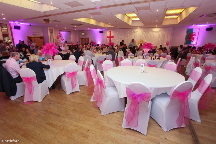 A lakodalom helyszíne, az asztalokon aranyhalas díszek voltak, és mindenhol uralkodik a rózsaszín, ami nyilván a menyasszony kedvenc színe