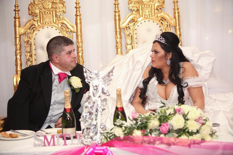 Az ifjú pár boldogan trónol