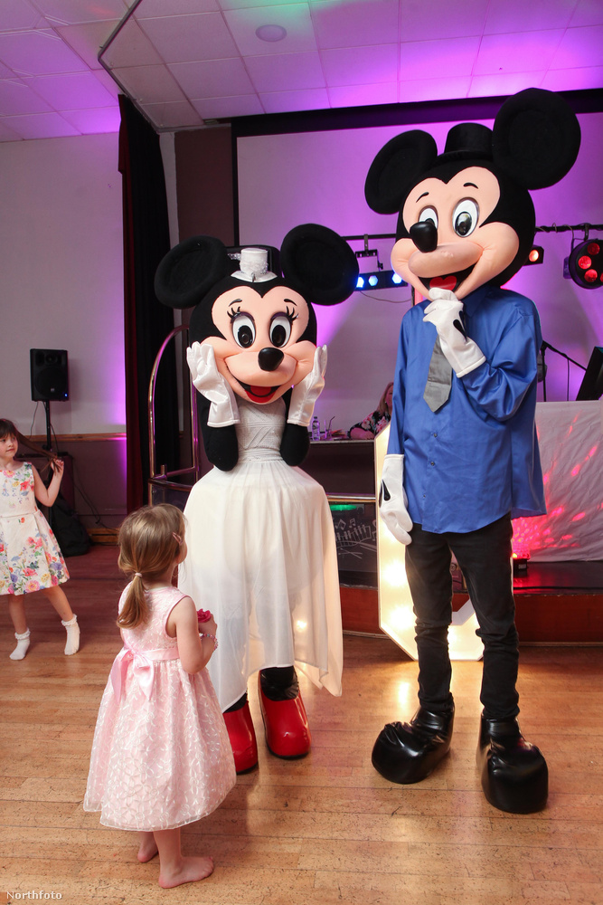 A gyerekek talán örültek, és végülis mi is láttunk már olyan Disney-esküvőt, ami ennél félelmetesebb volt