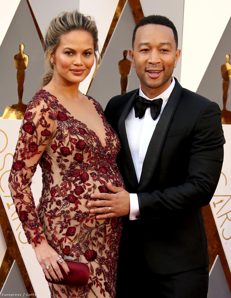 (Az elegánsan szexi terhesruháiról itt megemlékeztünk egy bővebb posztban is, amelyben más, csinosan várandós színésznőkről is írtunk.)