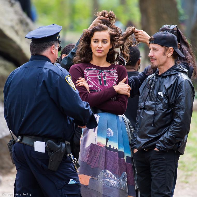 Igazi rendőr is megjelent a fotózáson, miközben Shaykot újra megigazgatták.