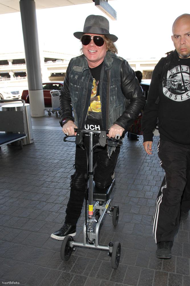 Viszont a Los Angeles-i reptéren egy szupermenő gyógyrollerrel közlekedett!