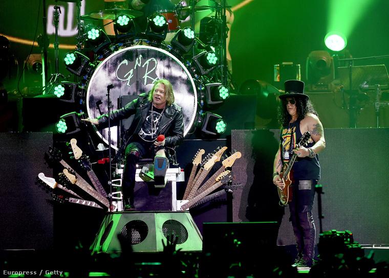 elég jól néz ki mostanában, amire először a coachellás Guns N' Roses koncert képeit nézegetve jöttünk rá