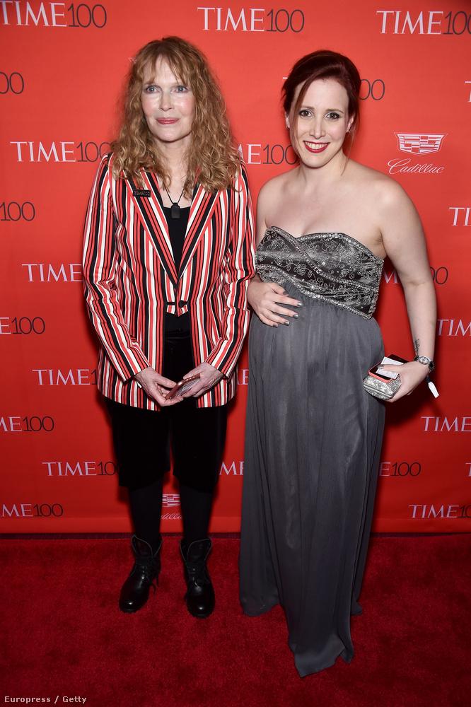 Ha nem ismerné fel a képen szerplőket: balra látja Dylan Farrow-t, jobbra pedig az édesanyját, Mia Farrow-t
