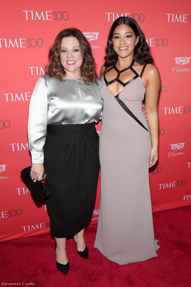 És a rendkívül érdekes dekoltázst viselő Gina Rodriguezzel pózolt