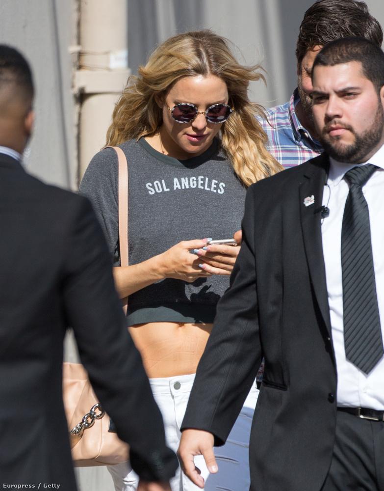 A színésznő Jimmy Kimmel műsorába igyekezett, amikor ezek a képek készültek róla, ebben a nem túl magas derekú nadrágban.