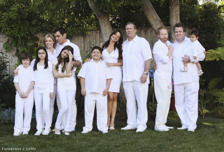 Na szóval Jay Pritchett (Ed O'Neill) felesége Gloria Delgado-Pritchett (Sofía Vergara), akinek már van egy fia, Manny Delgado (Rico Rodriguez)