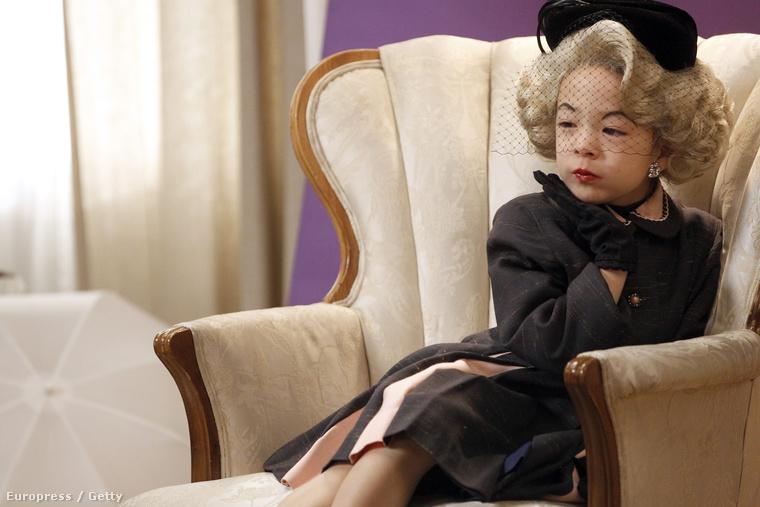 A sorozatban Mitchell és Cameron nevelik örökbe fogadott kislányukat, Lilyt.