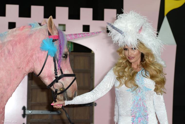 És valamiért úgy gondolták, ha mindenki unikornisnak öltözik, és még egy igazi lovat is egyszarvúsítanak, az pont megfelelő hírverés lesz