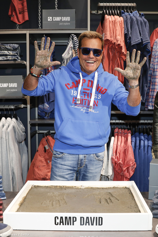 Öreg popsztár nem vén popsztár, és szívesen bemocskolja a kezét egy boltmegnyitón, ha erre kérik