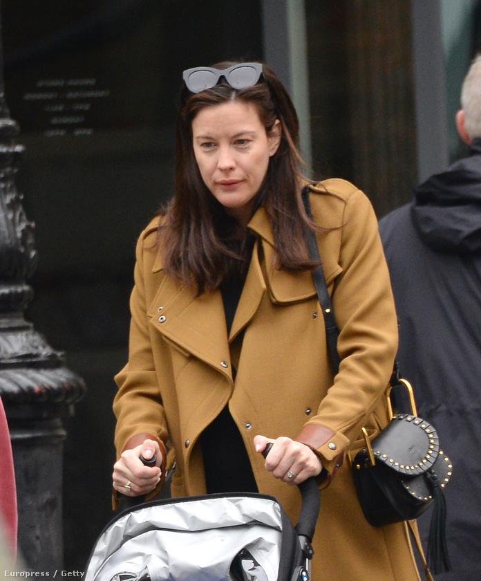 Liv Tyler sem gondolta a napokban, hogy két kiló vakolattal az arcán kellene babát sétáltatnia az utcán