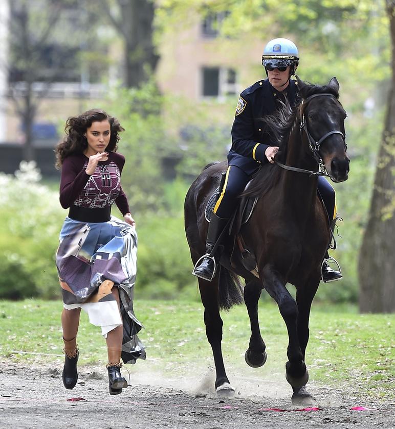 Nézze csak, Irina Shayk milyen ügyesen fut a ló mellett