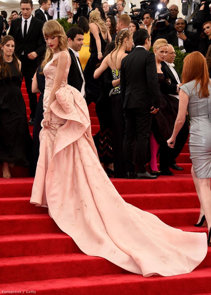Swift pedig egy olyan rafinált ruhában libegett be,