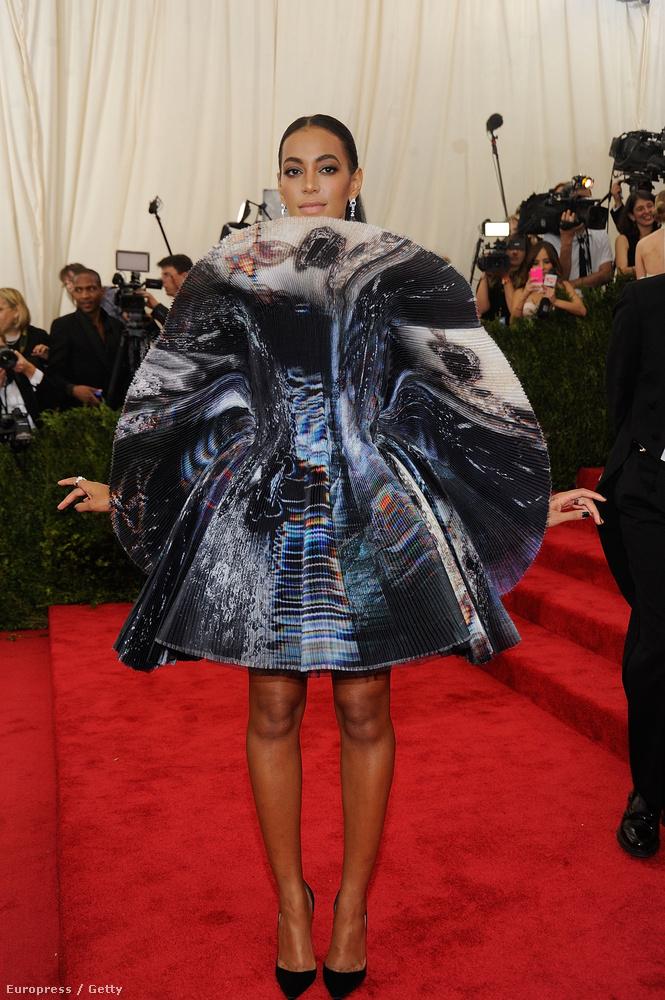 2015-ben, ezzel az irizáló hatású, fantasztikusan érdekes ruhával viszont végre tudatta a világgal: