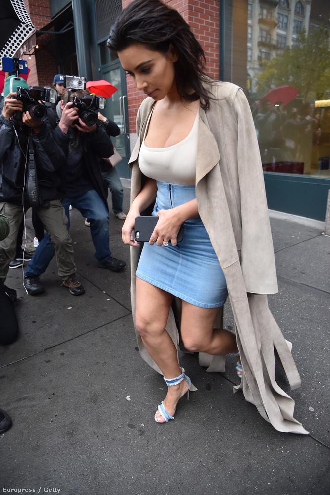 Erre Kim Kardashian farmerból készült cípőben topog.                         El is fogytak a szavak.Viszlát!