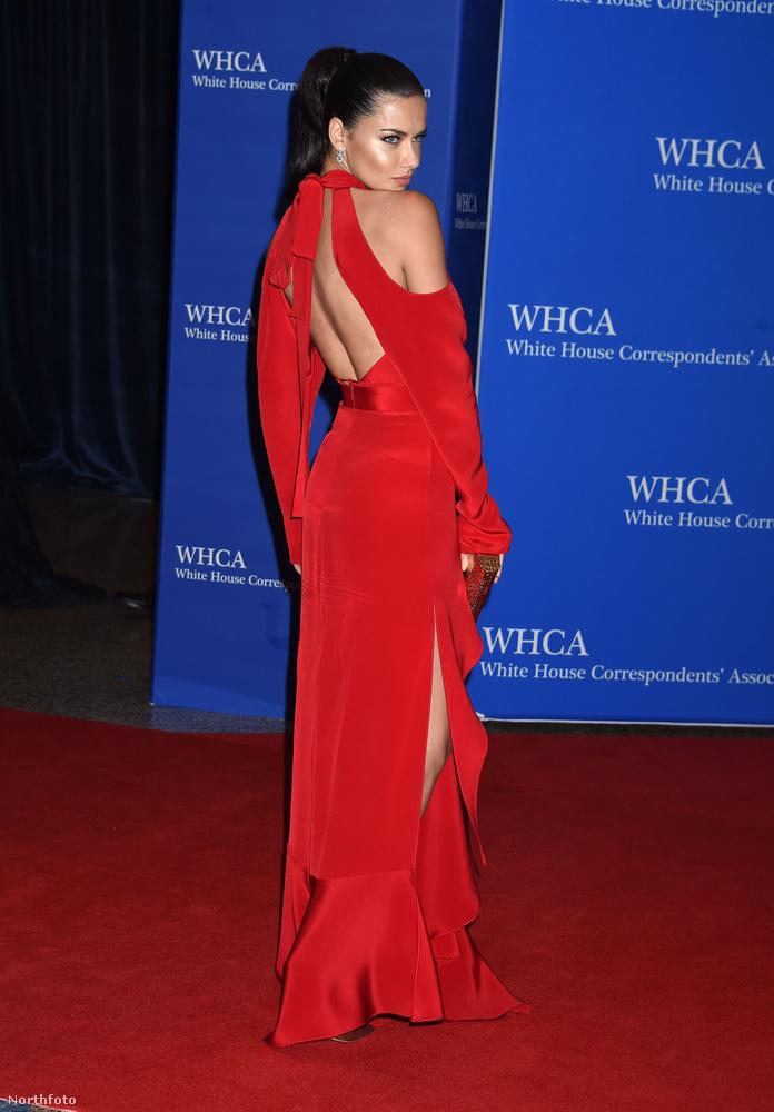 Hátulról sem semmi ez a ruha, nem? Mindenképpen az est egyik leginkább figyelemre méltó darabja, Juan Carlos Obando tervezte, Adriana Lima elképesztően dögös benne