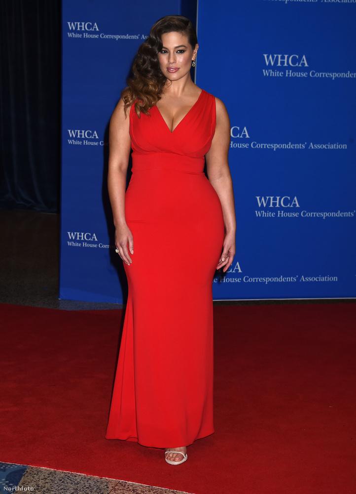 Egy újabb, vörös estélyibe öltözött modell: Ashley Graham