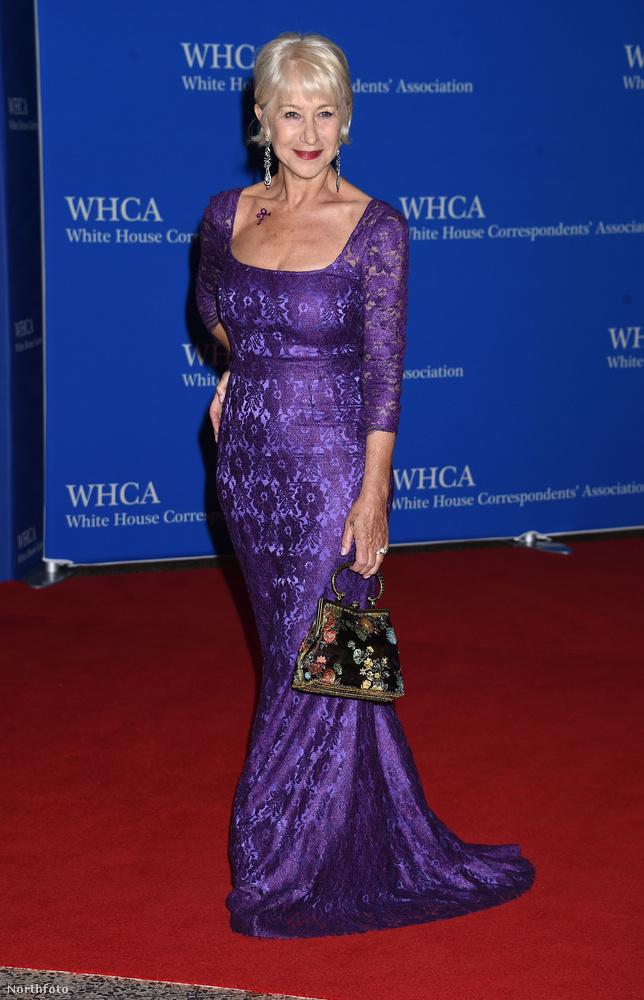 Helen Mirren Prince-szimbólumot rajzoltatott a dekoltázsára, és a ruhája is lila, ami ugye szintén utalás a napokban elhunyt zenészre