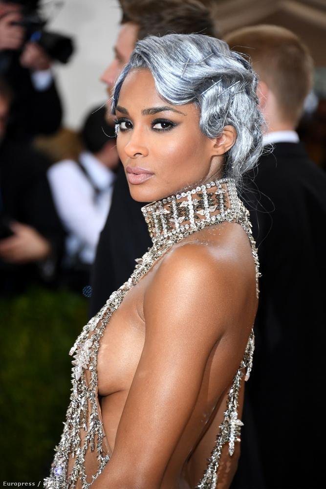 Nos, Ciara öltöztetői sem erőltették a melltartót,
