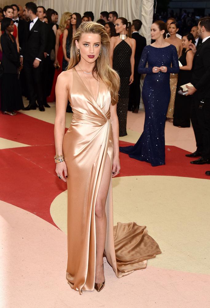 Amber Heard sokakhoz hasonlóan azt a koncepciót követte, hogy technológia=metál