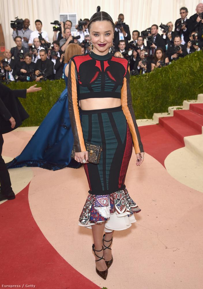Miranda Kerr furcsa ruhája ellenére csinos volt