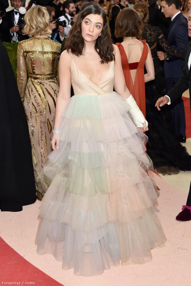 Lorde viszont úgy festett, mint a rajzfilmek gonosz mostohája, aki ellopta Hamupipőke kedvenc pongyoláját