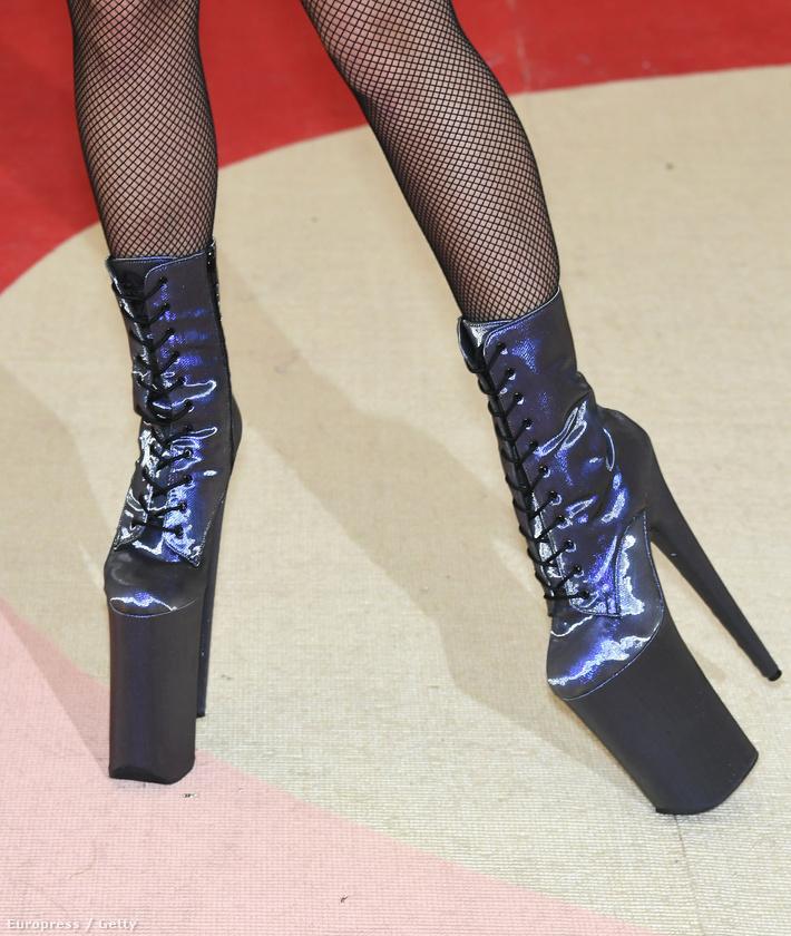 De sokkal fontosabb, hogy cipőjének már a látványától is kifordulhat a bokánk, úgyhogy óvatosan nézze!