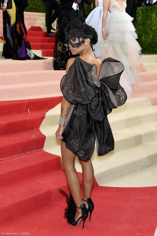 Ezzel a masnis szárnyas gót pillangó ruhával