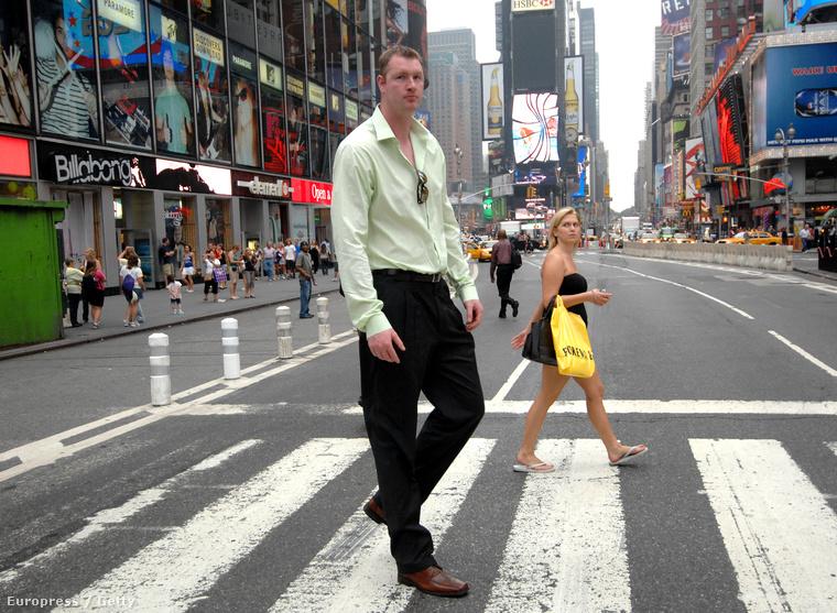 Neil Fingleton a világ legmagasabb embere, 233 cm, és pontosan akkora, ahogy a képen is látni