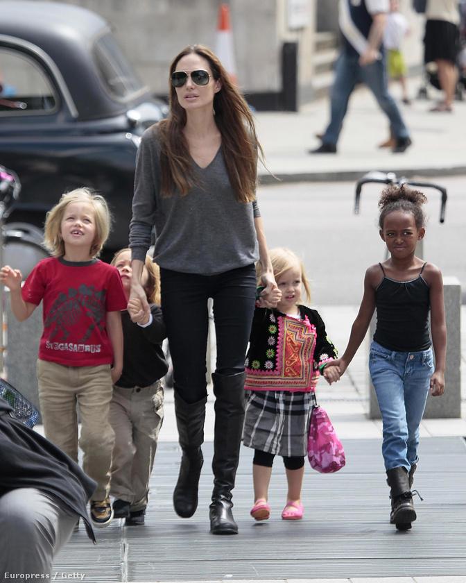 Angelina Jolie a gyerekeivel az utcán, fekete nadrágban.