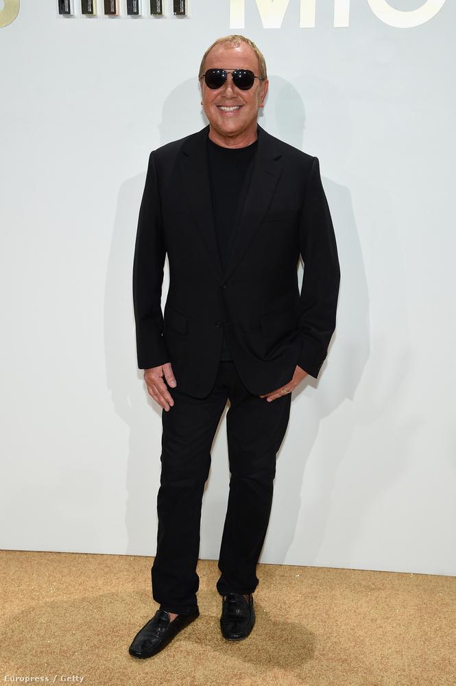 Imádja a fekete pólókat, ingeket, fekete zakót, fekete nadrágot