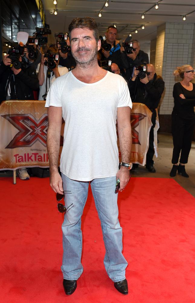 Simon Cowell, az X-Faktor atyja laza fehér pólóban és világos, bő farmerben szeret a legjobban lenni