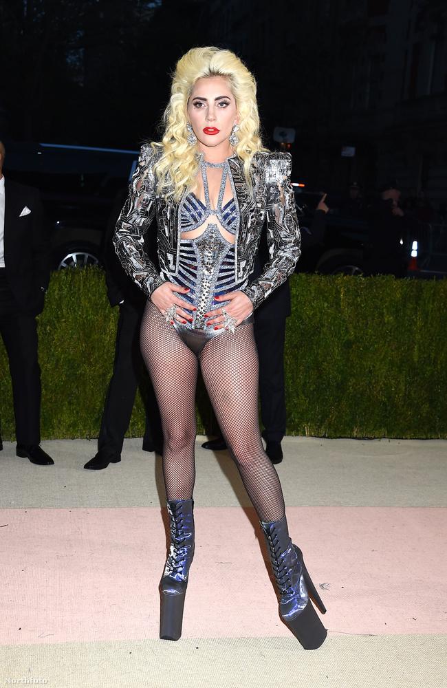 Összeállításunknak nem célja egy divatügyi értekezés, de abból kiindulva, hogy Lady Gaga ebben az összeállításban ment el a divat és a technológia összefonódásairól szóló estélyre,