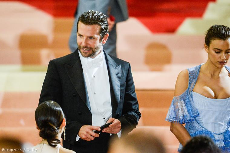 Irina Lóverseny Shayk modell sem volt annyira feldobva, pedig ott volt mellette a szerelme, Bradley Cooper.