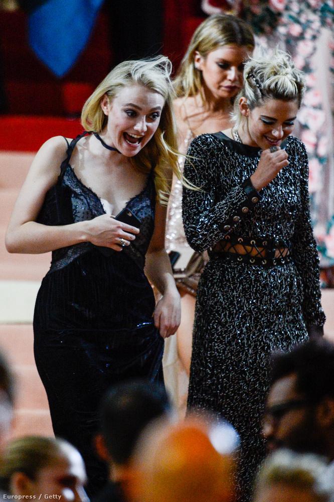 De most foglalkozzunk a vidám emberekkel! Dakota Fanning és Kristen Stewart valamin jókat nevettek.