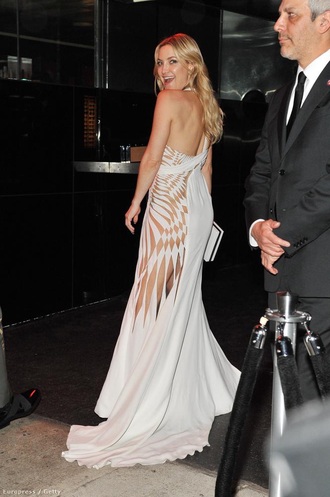 Kate Hudson egy ravaszul fenékmutogatós ruhában bulizott, a biztonság kedvéért egy szexivideót is kitett magáról.