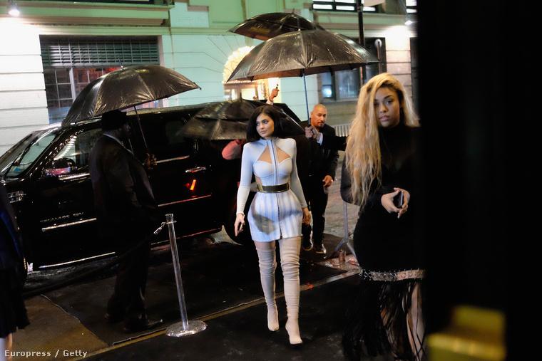 Kylie Jenner addig húzogathatta a combtőig érő csizmáját, hogy kettétört a szoknyája