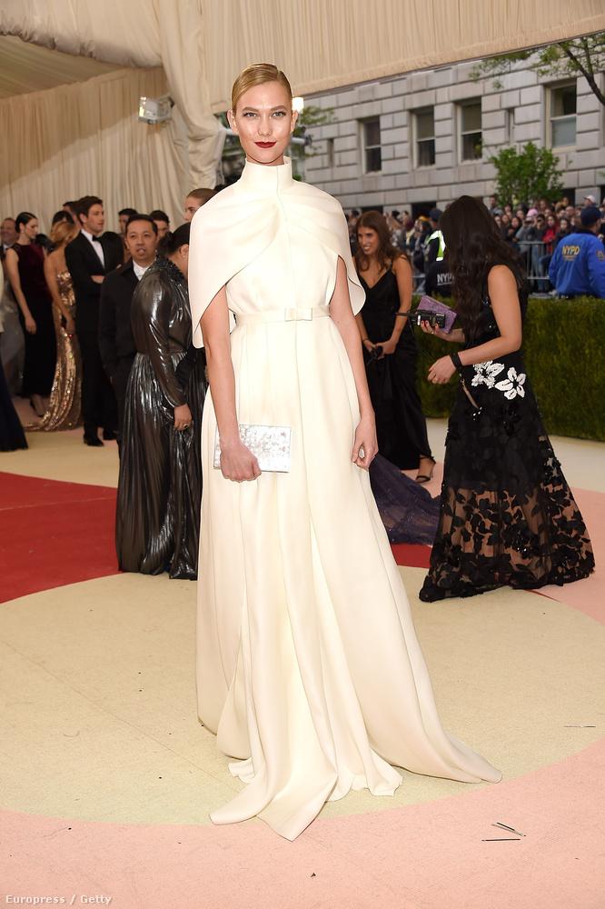 Képünkön Karlie Kloss modellt láthatja, aki így érkezett meg,