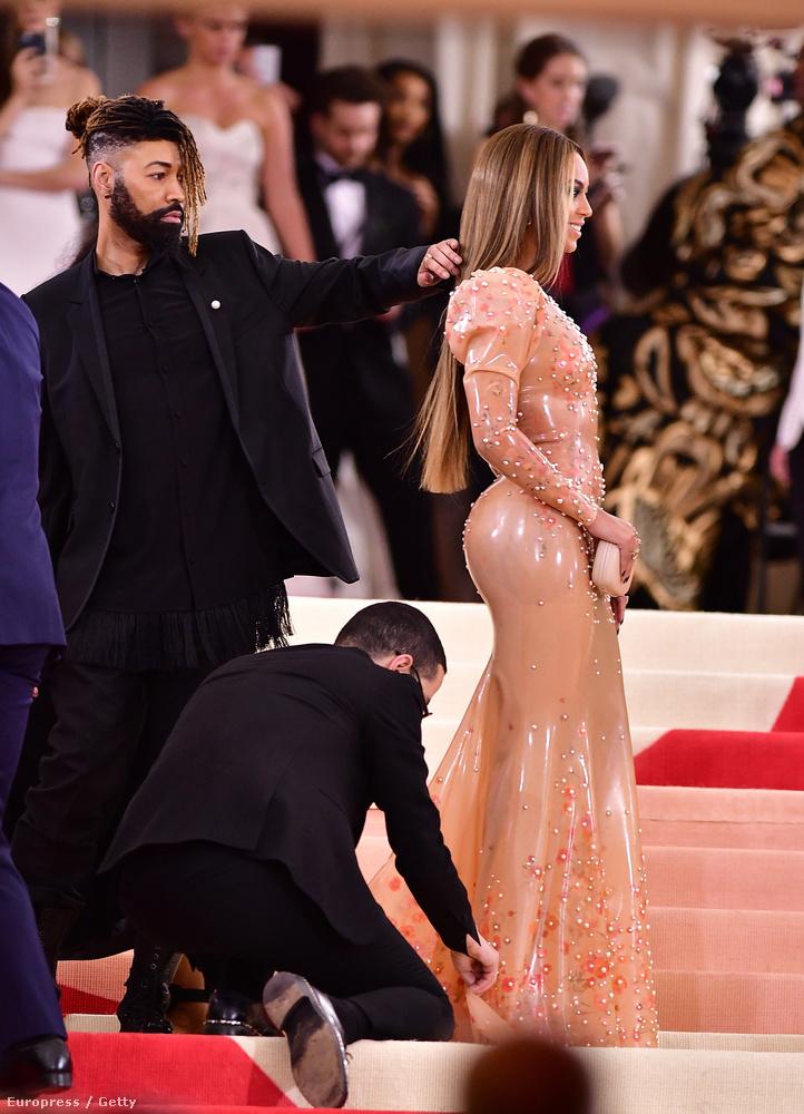 Beyoncé ruháját idén is ugyanaz a fiatalember felügyelte - de most az inasnak is volt inasa.